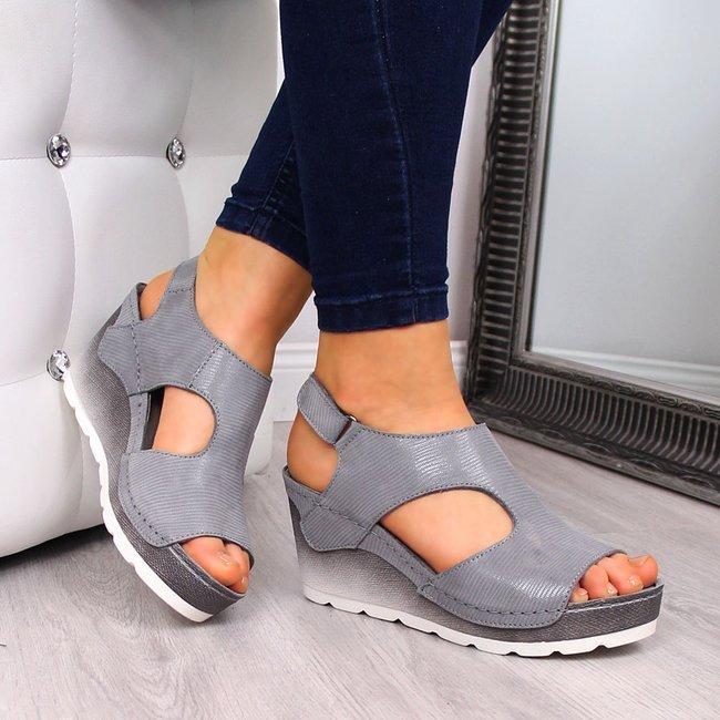 szare sandały skórzane na koturnie