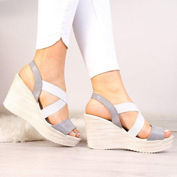 Sandały skórzane na koturnie z gumami Dolce Pietro
